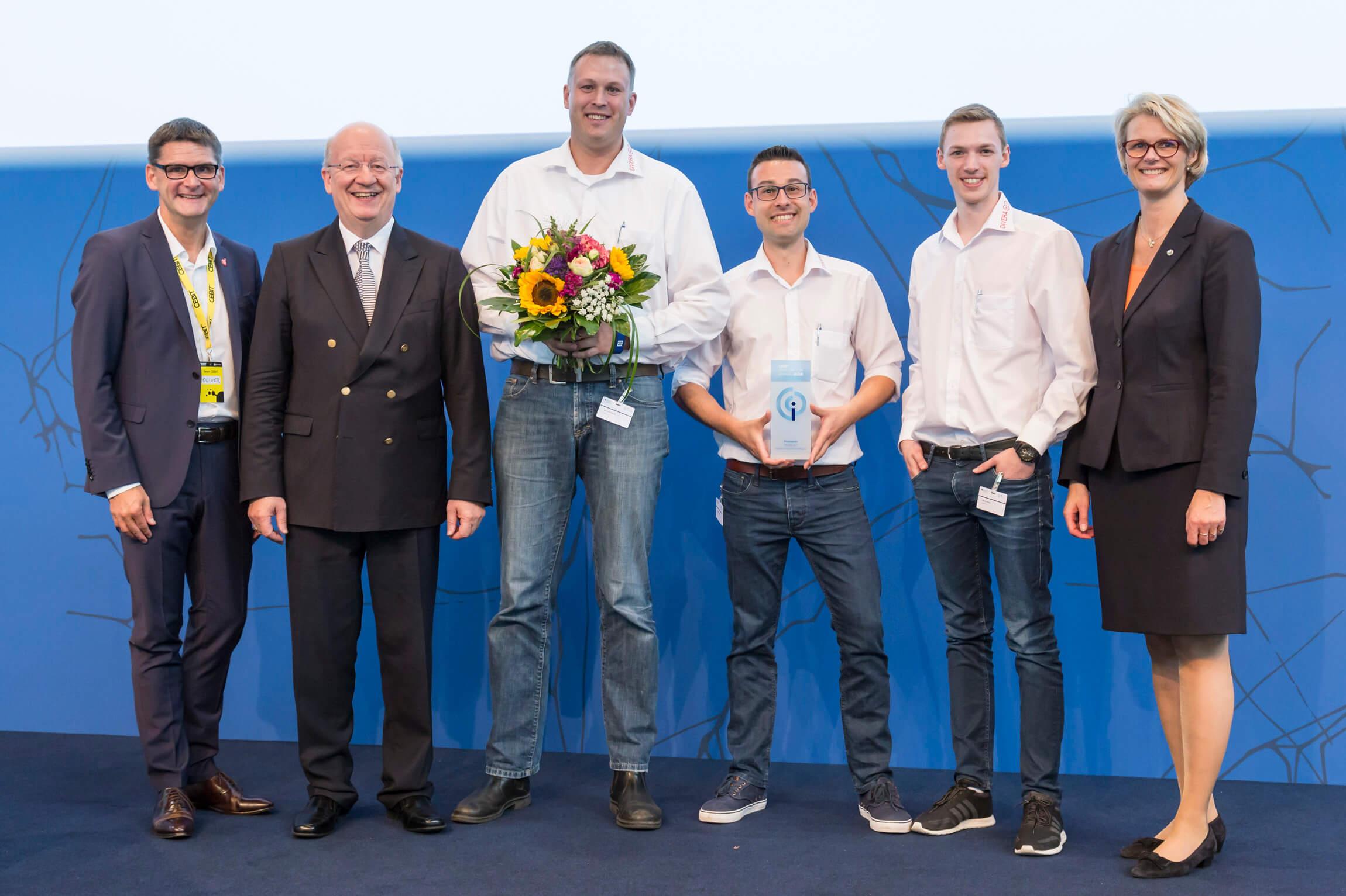 Bernhard Horst, Patrick Remy und Benjamin Kreiskott nehmen den CEBIT Innovation Award in Hannover entgegen