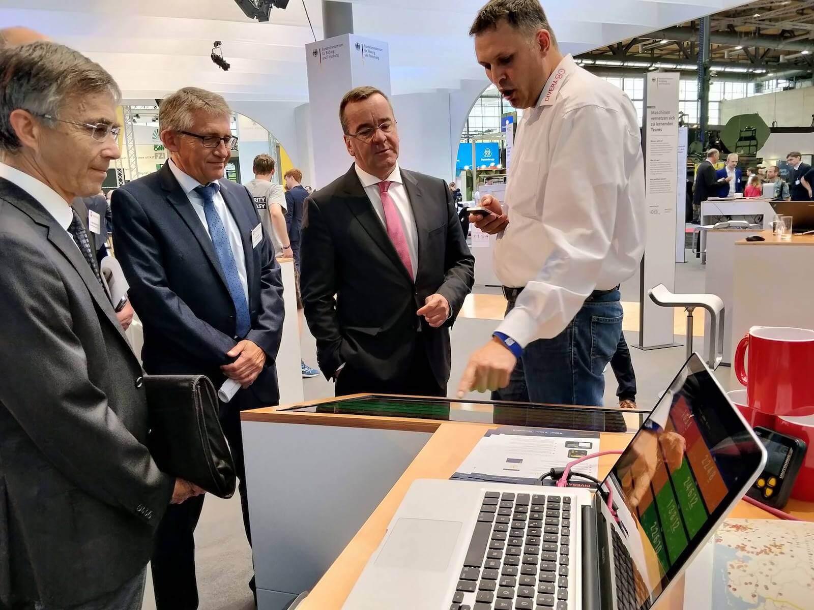 Bernhard Horst führt die App DIVERA dem Innenminister Niedersachsens Boris Pistorius und der Landesbranddirektion vor