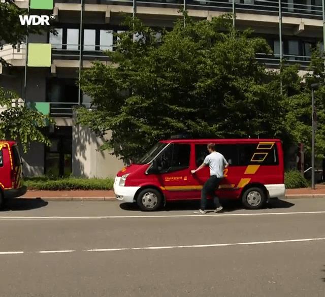 Mit dem Mannschaftstransporter der FF Hahnerberg eilen die Studenten zum Gerätehaus und besetzen dort mit den Kameraden die Löschfahrzeuge und die Drehleiter