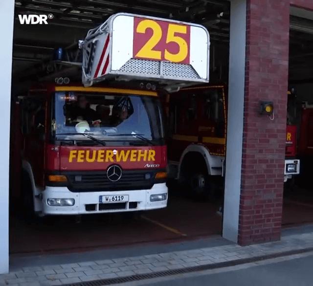 Die Drehleiter der FF-Hahnerberg rückt mit Sicherheitstechnik-Studenten der Bergischen Universität aus